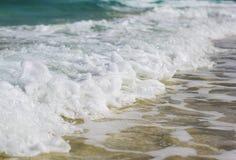 La opinión sobre el agua del océano con las ondas Imágenes de archivo libres de regalías