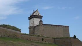 La opinión sobre el castillo viejo de Herman, día de agosto Narva, Estonia metrajes