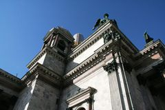 La opinión sobre el edificio histórico en St Petersburg del santo Isaak Cathedral en el día de invierno soleado con el cielo azul fotografía de archivo libre de regalías