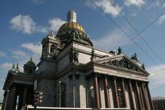 La opinión sobre el edificio histórico en St Petersburg del santo Isaak Cathedral en el día de invierno soleado con el cielo azul Fotos de archivo