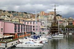 La opinión sobre el puerto con muchas naves fotografía de archivo