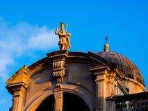 La opinión sobre iglesia del St Blaise barroco en Dubrovnik iluminó por el sol poniente imágenes de archivo libres de regalías