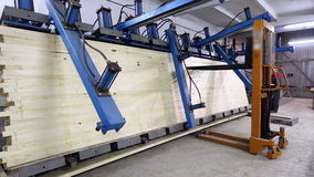 La opinión sobre la máquina se adhiere y presiona barras de madera almacen de metraje de vídeo