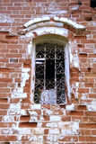 La opinión sobre la ventana quebrada en la casa vieja del ladrillo Imagen de archivo libre de regalías
