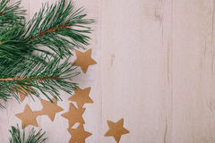 La opinión sobre las ramas del pino y las estrellas de la cartulina Imagen de archivo