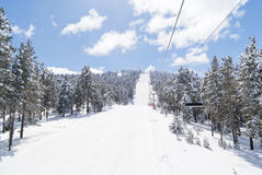 La opinión sobre negro esquí-encamina en Sarikamis. Turquía Foto de archivo
