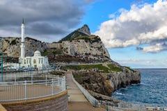 La opinión sobre la roca de Gibraltar y del Islam y el templo del Europa señalan en la parte meridional de la ciudad imagen de archivo libre de regalías