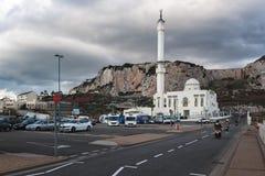 La opinión sobre la roca de Gibraltar y del Islam y el templo del Europa señalan en la parte meridional de la ciudad foto de archivo libre de regalías