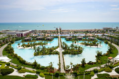 La opinión sobre una playa del hotel de lujo moderno Fotos de archivo