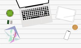 La opinión superior del lugar de trabajo con café de la tableta del smartphone del ordenador portátil y la maceta espacian el eje Imagen de archivo