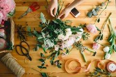 La opinión superior el florista da el arreglo y el adornamiento de las flores Fotografía de archivo libre de regalías
