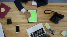 La opinión superior el hombre que trabaja en el ordenador portátil y tableta y el teléfono elegante con el espacio en blanco del  Foto de archivo libre de regalías