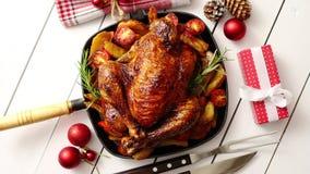 La opinión superior el pollo entero o el pavo Baked sirvió en cacerola del cuadrado del hierro almacen de metraje de vídeo