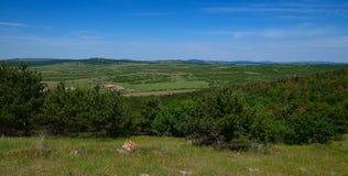 La opinión superior hermosa sobre el valle y una granja entre el mou de Balcan Foto de archivo libre de regalías