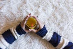 La opinión superior la mujer da celebrar un jarro de restaurar el zumo de naranja Fotografía de archivo