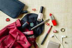 La opinión superior mujeres empaqueta los accesorios cosméticos femeninos de la materia Fotos de archivo