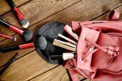 La opinión superior mujeres empaqueta los accesorios cosméticos femeninos de la materia en woode Imagenes de archivo