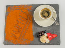 La opinión superior sobre el café en una taza da fruto y la palabra deliciosa Fotos de archivo