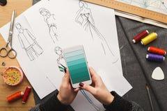 La opinión superior sobre el dibujo del diseñador de la mujer viste bosquejos Imagen de archivo libre de regalías