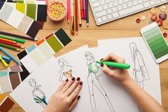 La opinión superior sobre el dibujo del diseñador de la mujer viste bosquejos Imagen de archivo
