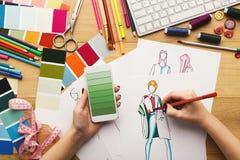 La opinión superior sobre el dibujo del diseñador de la mujer viste bosquejos Foto de archivo