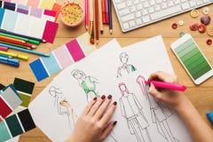 La opinión superior sobre el dibujo del diseñador de la mujer viste bosquejos Fotografía de archivo libre de regalías