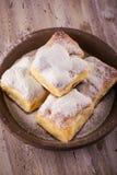 La opinión superior sobre las tortas tradicionales hechas en casa llenó por la cuajada en el tablero de madera foto de archivo