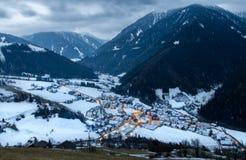 La opinión superior sobre pueblo nevoso luesen el valle en la noche el Tirol del sur él Imagen de archivo