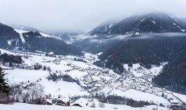 La opinión superior sobre pueblo nevoso luesen el valle el Tirol del sur Italia fotografía de archivo