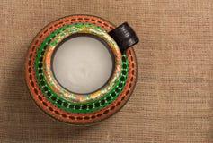 La opinión superior un egipcio colorido handcrafted el tarro de cerámica artístico Foto de archivo libre de regalías