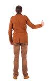 La opinión trasera el hombre en chaqueta muestra los pulgares para arriba Foto de archivo