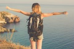 La opinión trasera la muchacha adolescente del backpacker se está colocando encendido Fotografía de archivo libre de regalías
