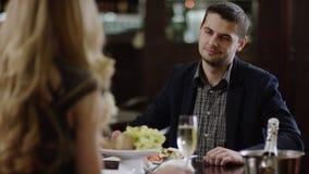 La opinión trasera una mujer que discute en restaurante y hombre es tranquila almacen de metraje de vídeo