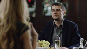 La opinión trasera una mujer que discute en restaurante y hombre es tranquila metrajes