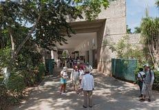 La opinión un grupo de turistas no identificados en el área de la entrada de chichen el itza, Yucatán, México Imagen de archivo
