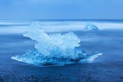 La opini?n del paisaje de la playa asombrosa Diamond Beach With Giant Ice de Jokulsarlon oscila en Lava Black Beach, Crystal Diam fotos de archivo