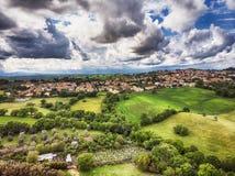 La opini?n a?rea del temor de las colinas verdes del pueblo de Rignano Flaminio en Italia rode? por el bosque y el campo fotografía de archivo libre de regalías