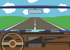 La opinión del conductor de una ventanilla del coche al camino Imagen de archivo