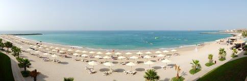 La opinión panorámica sobre una playa y la turquesa riegan Foto de archivo