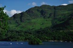 La opinión sobre el lago gana y la isla de Neish en St. Fillans Fotos de archivo