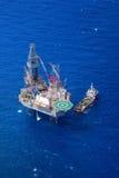 La opinión superior de la plataforma petrolera de perforación petrolífera en el mar de los aviones. Foto de archivo