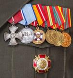 La orden y diversas medallas en el ejército ruso uniforman Foto de archivo libre de regalías