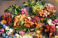 La organización de verduras y de frutas en un soporte grande Imagen de archivo