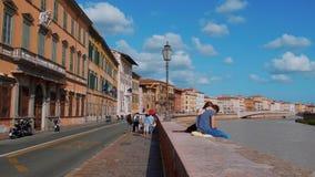 La orilla colorida del río Arno en Pisa - PISA TOSCANA ITALIA - 13 de septiembre de 2017 almacen de video