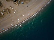 La orilla de mar, los pequeños barcos de pesca está parqueando en la playa, opinión del ojo de los brids del abejón, Sicilia, Ita Imagen de archivo