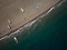 La orilla de mar, los pequeños barcos de pesca está parqueando en la playa, opinión del ojo de los brids del abejón, Sicilia, Ita Imagen de archivo libre de regalías