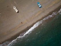 La orilla de mar, los pequeños barcos de pesca está parqueando en la playa, opinión del ojo de los brids del abejón, Sicilia, Ita Fotografía de archivo