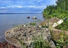 La orilla de un lago en verano Foto de archivo