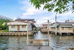 La orilla del agua con el aterrizaje del barco y la casa de la orilla Imagenes de archivo