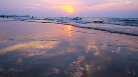 La orilla del espejo de la bahía de Bengala, Chaung Tha, Myanmar almacen de video
